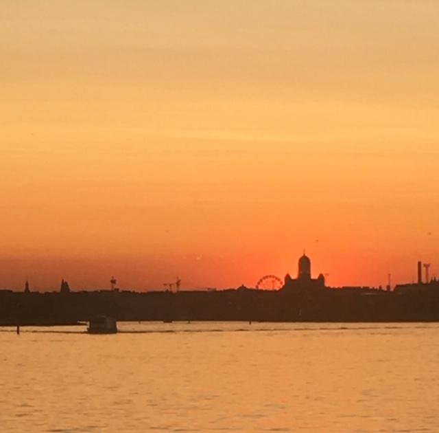 Auringonlasku_sunset_nainenyliviiksyt